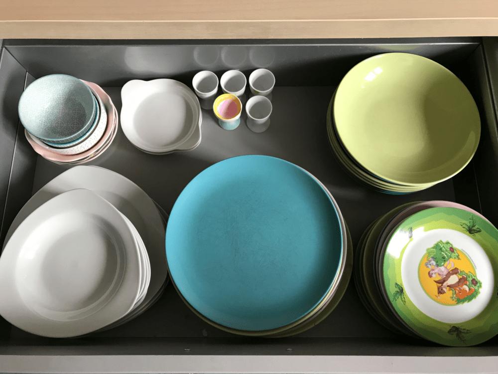minimalismus kueche familie teller